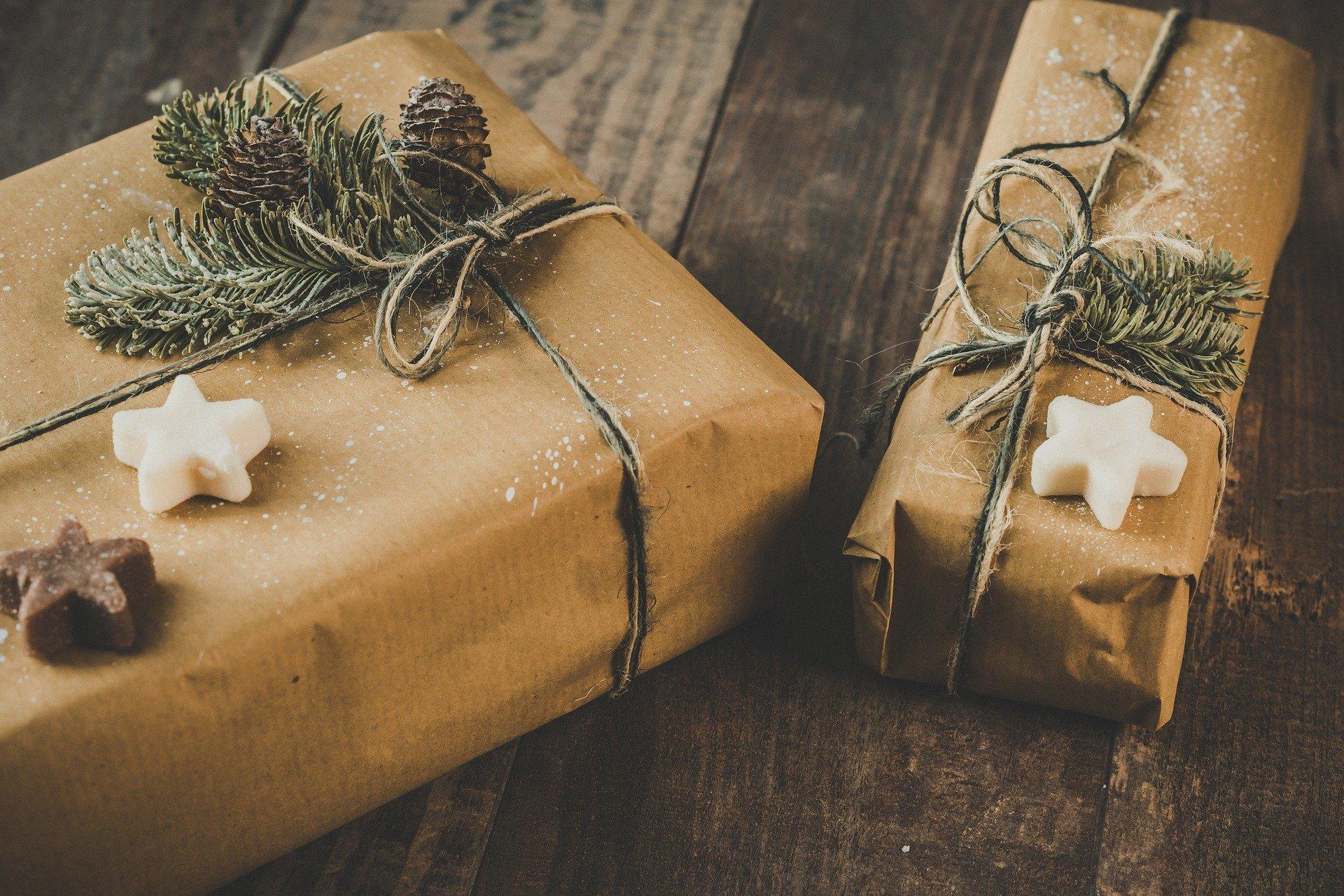 Weihnachtspäckchen mit Packpapier